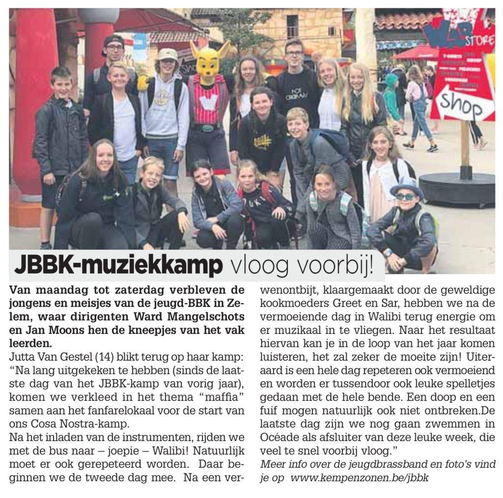 Van maandag tot zaterdag verbleven de jongens en meisjes van de jeugd-BBK in Zelem, waar dirigenten Ward Mangelschots en Jan Moons hen de kneepjes van het vak leerden. Jutta Van Gestel (14) blikt terug op haar kamp: Na lang uitgekeken te hebben (sinds de laat- ste dag van het JBBK-kamp van vorig jaar), komen we verkleed in het thema maffia samen aan het fanfarelokaal voor de start van ons Cosa Nostra-kamp. Na het inladen van de instrumenten, rijden we met de bus naar – joepie – Walibi! Natuurlijk moet er ook gerepeteerd worden. Daar be- ginnen we de tweede dag mee. Na een ver- wenontbijt, klaargemaakt door de geweldige kookmoeders Greet en Sar, hebben we na de vermoeiende dag in Walibi terug energie om er muzikaal in te vliegen. Naar het resultaat hiervan kan je in de loop van het jaar komen luisteren, het zal zeker de moeite zijn! Uiter- aard is een hele dag repeteren ook vermoeiend en worden er tussendoor ook leuke spelletjes gedaan met de hele bende. Een doop en een fuif mogen natuurlijk ook niet ontbreken.De laatste dag zijn we nog gaan zwemmen in Océade als afsluiter van deze leuke week, die veel te snel voorbij vloog.>
